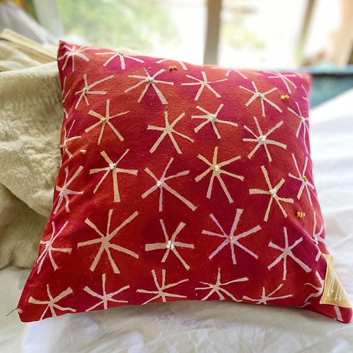 手描き染めの赤いクッションカバー<br>Hand-dyed red cushion cover